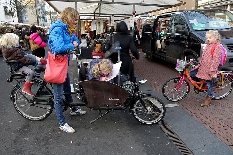 Nederland, Amsterdam, Amsterdam Oost, Pien leest heel veel, nu leest ze een prisessenboek van Walt Disney, haar lievelingsboek is een ander prinsessenboek van Walt Disney, 16 december 2016, foto: Katrien Mulder