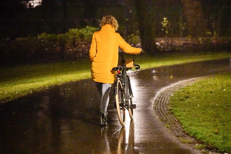 Nederland, Amsterdam, vrouw loop alleen in het donker door het oosterpark; 21 december 2016, foto: Katrien oosterpark