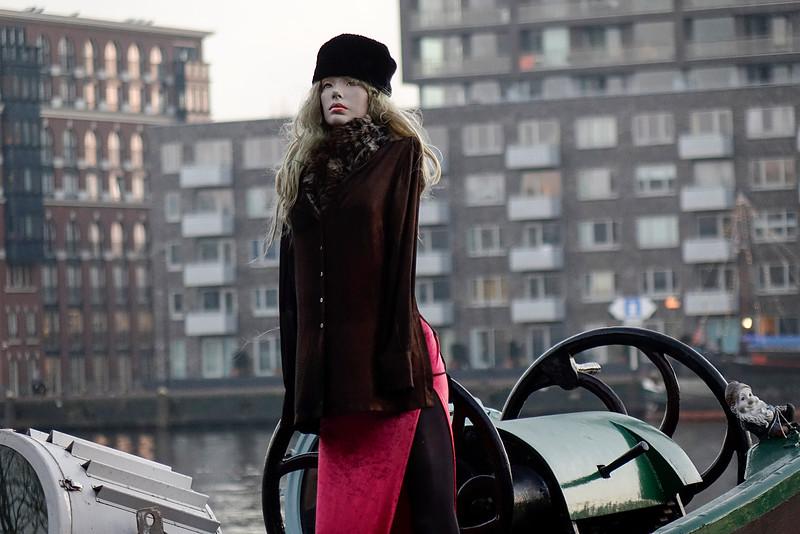 Nederland, Amsterdam, Javaeiland, modepop als schipper;22 december 2016, foto: Katrien Mulder