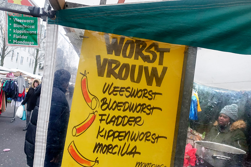 Nederland, Amsterdam, dapprmarkt, de worstvrouw, 29 december 2016, foto: Katrien Mulder