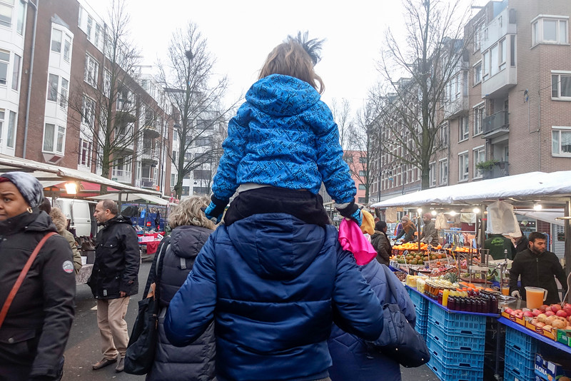 Nederland, Amsterdam, Amsterdam Oost, Italiaanse toeristen op de Dappermarkt, 30 december 2016, foto: Katrien Mulder