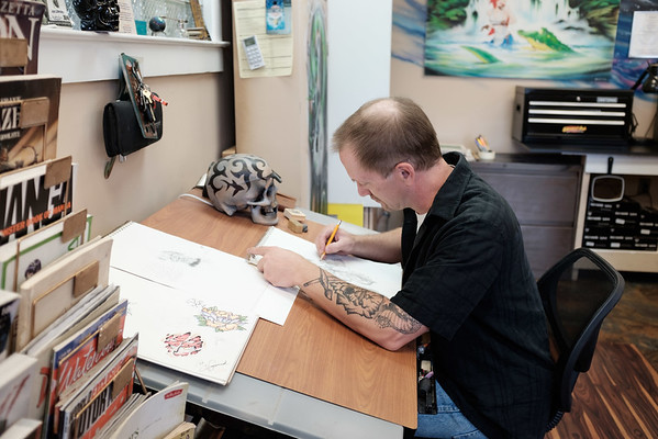 JOED VIERA/STAFF PHOTOGRAPHER-Lockport, NY- Carl Winzenried sketches at Spectrum Ink Studio.