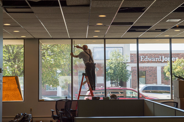 JOED VIERA/STAFF PHOTOGRAPHER-Lockport, NY-  A worker wipes the windows of the new Union-Sun & Journal building on Friday, September, 16.