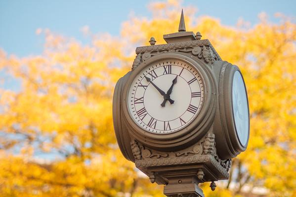 JOED VIERA/STAFF PHOTOGRAPHER-Lockport, NY- A clock on Market Street and Main Street in front of the Niagara County DMV.