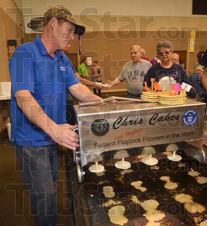 MET041516cakes pouring