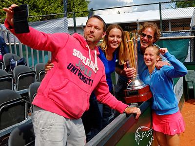 1.06c Vivian Heisen selfie with team - Breda Future 2016