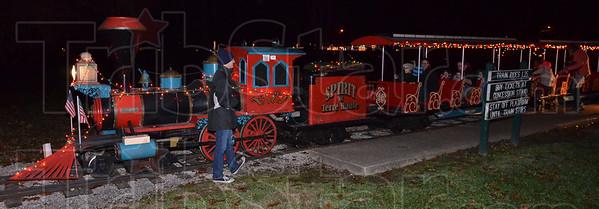 MET120516 C'mas park train