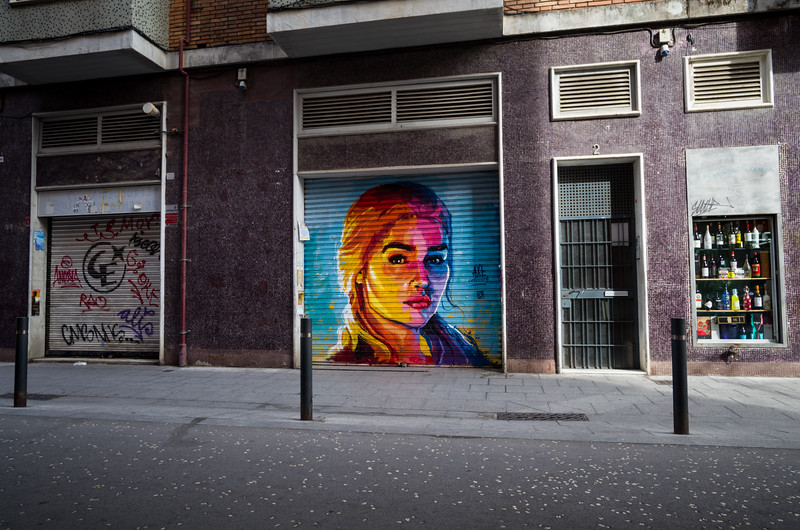 Daenerys Targaryen por artista urbano Axe Colours en Gràcia. Barcelona, Spain.