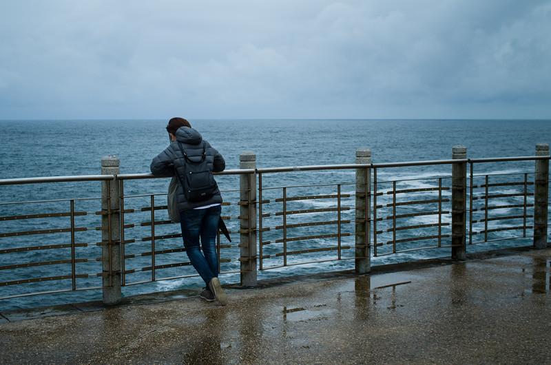 Una mujer y el Océano Atlántico. Donostia-San Sebastián, Spain.