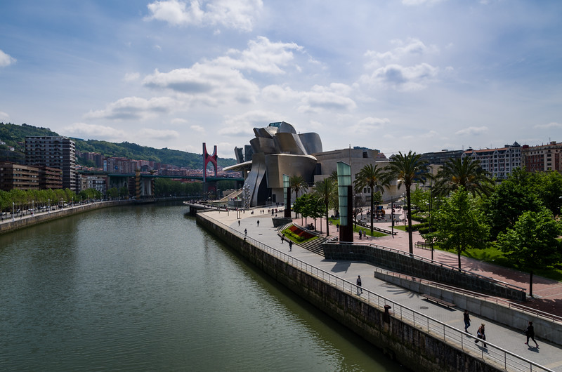 Designed by American architect Frank Gehry, el Museo Guggenheim sits beside the Nervión river. Bilbao, Spain.
