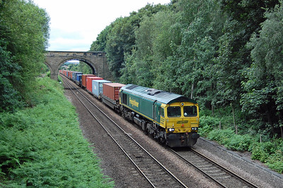 The driver of 66956 has considerably more work to do as he tries to maintain the momentum of the fully-laded 4O95 1212 Leeds FLT - Southampton Maritime whilst waiting for the road to come off at Crofton West Junction (07/07/2016)