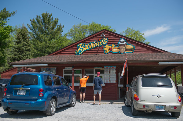 JOED VIERA/STAFF PHOTOGRAPHER-Wilson, NY-Cars lineup outside of Brownie's ice cream stand.