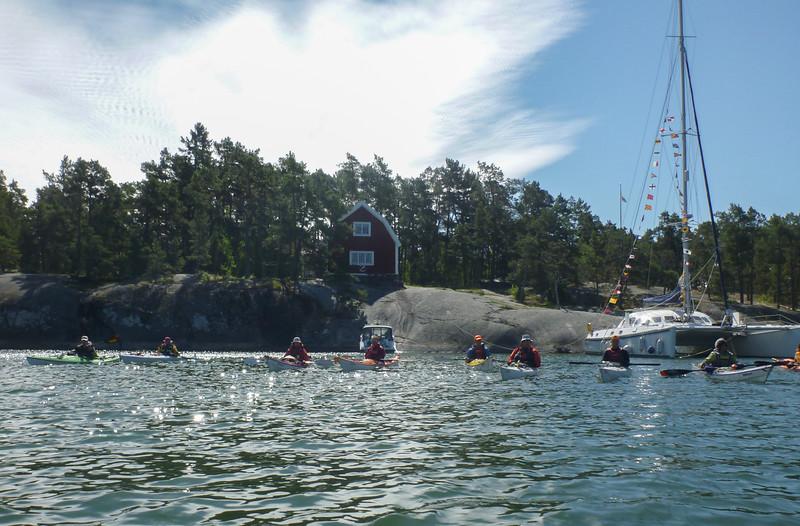 Gruppen framför vandrarhemmet på Stora Kalholmen.