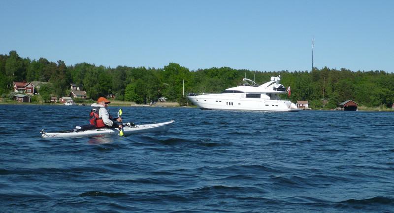 Två vita fartyg i olika viktklass. Eventuellt var det en Norsk kungaflagga på den större.