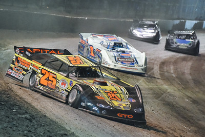 Shane Clanton (25) leading a heat race