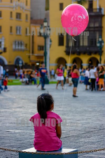 Peru : nina con un globo en Lima / Peru : Kind mit rosa Ballon in Lima © Augusto Famulari/LATINPHOTO.org