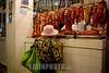 Peru : carnicería en Lima / Butcher's shop / Peru : Kundin betrachtet die Fleischauslage bei einer Metzgerei  im Markt von Lima © Augusto Famulari/LATINPHOTO.org