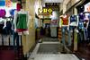Peru : Ofrecer para la ropa en Lima / Offer for clothes in a passage in Lima / Peru : Angebot für Kleider in einem Durchgang in Lima © Augusto Famulari/LATINPHOTO.org