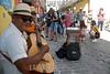Cuba : Turistas por La Habana / Kuba : Ein Musiker spielt für Tourisen © Agustín Rey Borrego Torres/LATINPHOTO.org