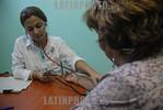 Cuba - Recorrido a entidades de la Salud 29 de diciembre de 2016 - abuelos - salud - medico / Cuba : Rentner - Alter - Eine �rztin untersucht eine Frau � Agust�n Borrego Torres/LATINPHOTO ...