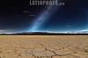 """Argentina : Pampa del Leoncito y Vía Láctea , El Barreal Blanco o Pampa del Leoncito, es una formación geológica ubicada a 20 km de la localidad de Barreal, en el departamento Calingasta, en el suroeste de la provincia de San Juan , Argentina - La planicie se encuentra en el lateral del camino que une la localidad de Barreal, con el Parque nacional El Leoncito - El Barreal Blanco es una seca planicie perfectamente lisa de alrededor de 10 km de largo por 3 de ancho, creada a partir de la evaporación de una cuenca lacustre reciente, del Holoceno ( período Cuaternario ) El color de los sedimentos superficiales es blanquecino y corresponde a limos y arcillas de cementación salina - Por fuera de los límites de la """"Pampa"""" la flora típica está constituida por arbustos y pastizales propios de la ecorregión monte de sierras y bolsones , que desaparecen en su interior , dejando una superficie compacta , con resquebrajaduras poligonales y carente de toda vegetación .4 - agosto de 2016 - San Juan / Argentina : Pampa del Leoncito and Milky Way, El Barreal Blanco or Pampa del Leoncito , is a geological formation located 20 km from the town of Barreal, in the Calingasta department, southwest of the province of San Juan, Argentina - The plain is located on the side of the road that connects the town of Barreal with the national park El Leoncito - The Barreal Blanco is a perfectly smooth dry plain about 10 km long by 3 wide, created from the evaporation of a recent lake basin, the Holocene (Quaternary period) The color of the surface sediments is whitish and corresponds to silts and clays of saline cementation - Outside the limits of the """"Pampa"""", the typical flora is formed by shrubs and grasslands of the ecorregión mountain range of sierras and pockets, which disappear inside , leaving a compact surface, with polygonal cracks and lacking all vegetation.4 - August 2016 - San Juan / Argentinien : Wüste und Sternenhimmel in der Pampa del Leoncito in der Provinz von San Juan - Landscha"""