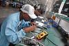 Cuba : Fábrica de equipos electrodoméstico ATEC - Municipio Boyero - 22 de marzo de 2017 / Kuba : Arbeiterinnen überprüfen in der Elektrofirma ATEC elektronische Geräte © Agustin Rey Borrego Torres/LATINPHOTO.org