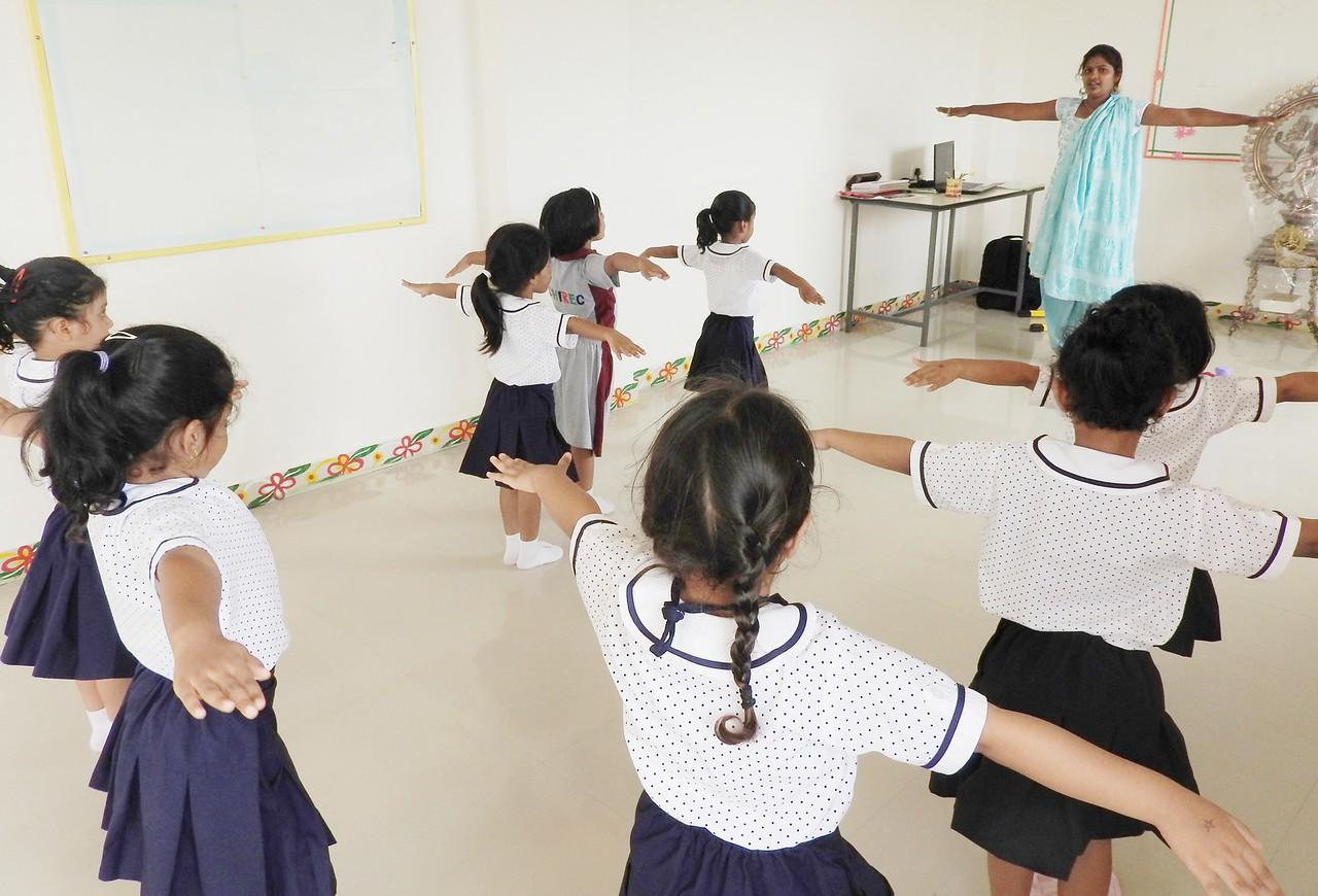 JUMBOS PERFORMING DANCE (2)