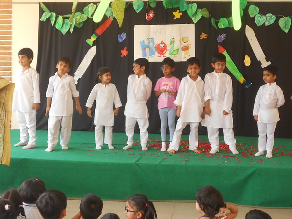 CHILDREN PLAYING HOLI DURING HOLI PRESENTATION 1