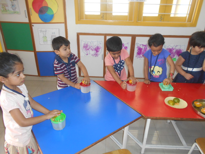 DEVELOPING FINE MOTOR AND SENSORY SKILLS THROUGH SQUEEZING ACTIVIY (3)