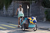 Frau fährt mit Anhänger in Olten © Patrick Lüthy/IMAGOpress.com