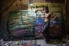"""Nicaragua : Raúl Marín , considerado un genio de la pintura nicaragüense , es un ermitaño . """" La gente te hace perder el tiempo """" , explica - Solo sale de su taller cuando es estrictamente necesario y a la calle un par de veces a la semana. Casi siempre para comprar pintura - Un concienzudo caos impera en su cuarto de trabajo , donde suele escuchar música alegre, electrónica, que sintoniza en la radio - Toma los pinceles, la espátula , los óleos directamente del piso. Y su paleta es un largo retazo de tela , que de tanto recibir pintura se ha puesto tieso / Nikaragua : Der Künstler Raúl Marín © Oscar Navarrete/LATINPHOTO.org"""