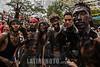Nicaragua - Managua 01/08/2016 Millares de promesantes acudieron a la tradicional traida de Santo Domingo de Guzman de las Sierritas hacia la capital . Durante el recorrido de la diminuta imagen los socorristas de la CruzRoja brindaron atencion de primeros auxilios a varios promesantes y la Policia Nacional garantizo el orden durante todo el trayecto sin hechos que lamentar / The Santo Domingo de Guzman festival in Managua, Nicaragua, is filled with rituals and dancing, feasting, celebrations and worshipping. Thousands of people give thanks to Santo Domingo and ask for blessings during the 10-day festival - men covered in motor oil / Nikaragua : Fest des Santo Domingo de Guzman , Schutzheiliger von Managua - Personen reiben sich mit Motoröl ein © Oscar Navarrete/LATINPHOTO.org