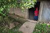 Nicaragua - Puertas Azules - Esteli - 28/04/2017 - Clemencia López tiene 112 años - Durante toda su vida fue partera de una comunidad remota - Vive sola , trabaja para poder comer y posiblemente es la mujer más vieja de Nicaragua - La anciana se sostiene bajo las vigas de madera que forman el arco de su puerta - Encorvada mira y escucha los maullidos del gato atado a una piedra afuera de su casa - Clemencia López Dormuz observa sus pequeños colmillos llenos de baba y cómo se retuerce en el polvo - En ese momento debe pensar que el pobre animal es el único compañero que le ha quedado en los más de 112 años que ha vivido / Nikaragua : Die 112 Jahre alte Clemencia López lebt in Puertas Azules im Departamento Estelí © Oscar Navarrete/LATINPHOTO.org