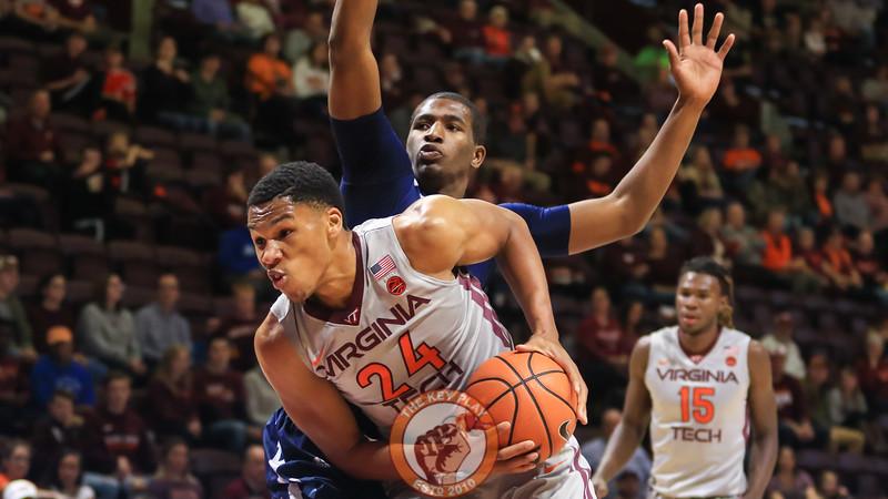 Kerry Blackshear Jr. is heavily defended underneath the basket. (Mark Umansky/TheKeyPlay.com)