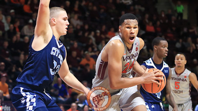 Kerry Blackshear Jr. picks up his dribble on a trip to the basket. (Mark Umansky/TheKeyPlay.com)