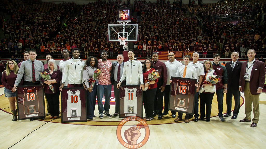 The graduating senior players and managers pose for a group photo at the end of senior day festivities before tipoff. (Mark Umansky/TheKeyPlay.com)