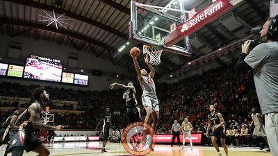 Kerry Blackshear Jr. lays up the ball in the first half. (Mark Umansky/TheKeyPlay.com)