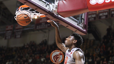 Justin Bibbs dunks the ball home on a breakaway in the first half. (Mark Umansky/TheKeyPlay.com)