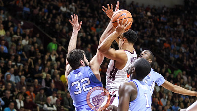 Justin Robinson draws three UNC defenders as he looks for the open pass to the outside. (Mark Umansky/TheKeyPlay.com)