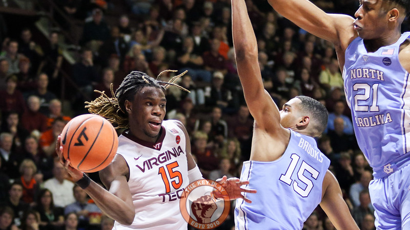 Chris Clarke looks for an open pass to the outside in the second half. (Mark Umansky/TheKeyPlay.com)
