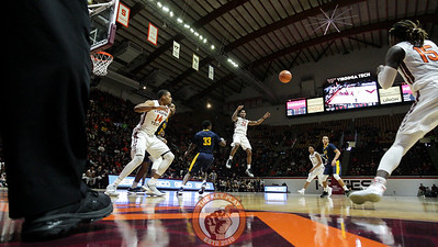 Ahmed Hill throws a jump pass from the paint to Chris Clarke waiting in the corner for a three point shot. (Mark Umansky/TheKeyPlay.com)