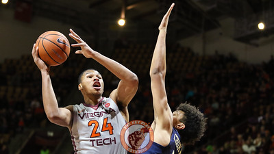 Kerry Blackshear Jr. goes up for a layup in the first half. (Mark Umansky/TheKeyPlay.com)