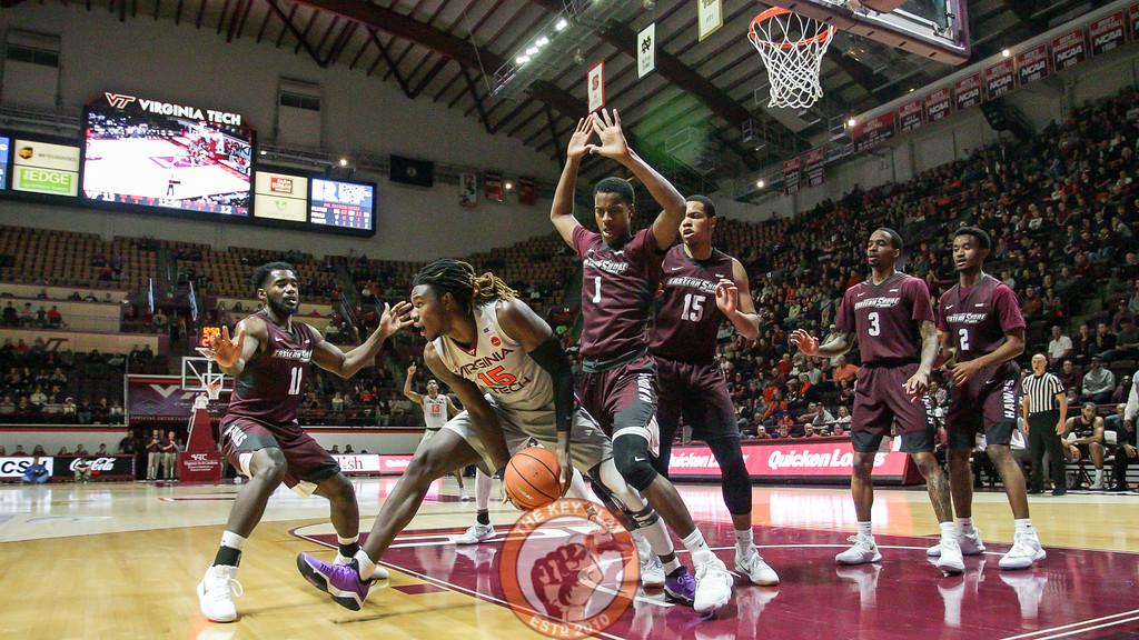 Chris Clarke looks to lob the ball to the outside. (Mark Umansky/TheKeyPlay.com)