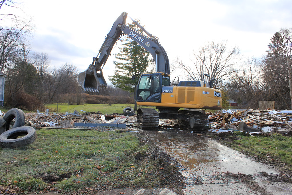 . Charles Pritchard - Oneida Daily Dispatch Demolition crews bring down houses on Devereaux Street in Oneida on Tuesday, Monday, Nov. 27, 2017.