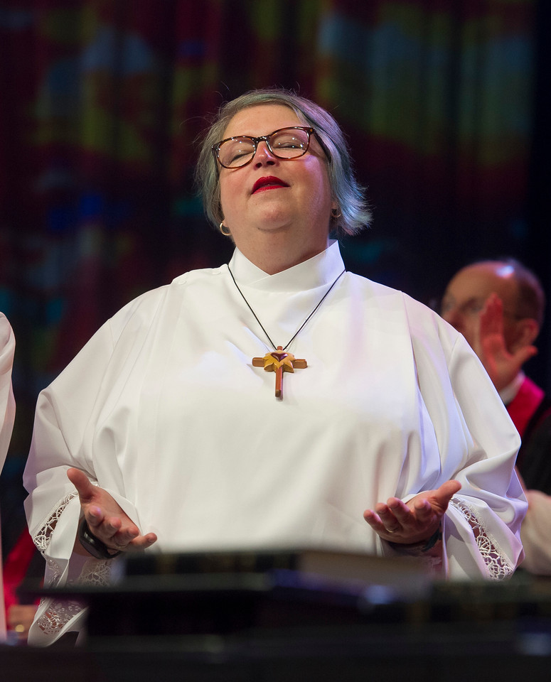Jennifer Dolwick Evans sings at The Commissioning and Ordination Service at the 2017 INUMC Annual Conference in Indianapolis.