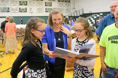 IMG_5237 jen stainton  looks at yearbook dedication with her twin daughters Ella and Farren, both 10