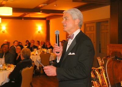 IMG_8551 Thompson fundraising co-chair John Steinle,,welcomes the crowd to dinner