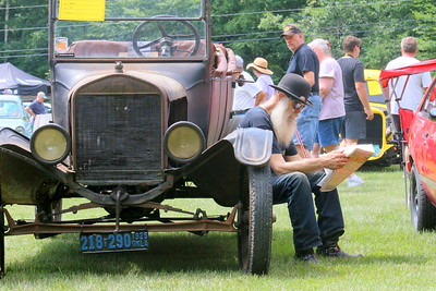 IMG_6452 jon Offensend,,reading the classifieds,, on running board of his 1924  Model T Ford,,