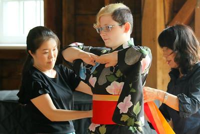 IMG_5546 kiena rashindara of lebanon tries on kimono during demonstration,,with satoko goto at left and toyoko goto at right,,Rashindara was born in japan