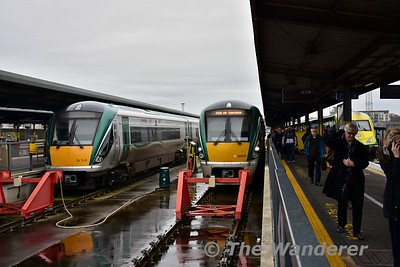 Passengers leave the 1305 Galway - Heuston at its destination. Thurs 16.02.17